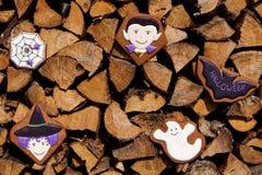 在木背景的万圣夜自创姜饼曲奇饼 免版税库存照片