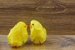 在木背景的两只黄色鸡 免版税库存图片