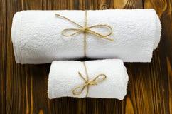 在木背景的两块白色毛巾 免版税库存照片