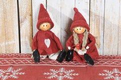 在木背景的两小的圣诞老人装饰 库存照片