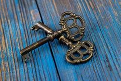 在木背景的两把老钥匙 免版税库存图片