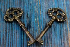 在木背景的两把老钥匙 图库摄影