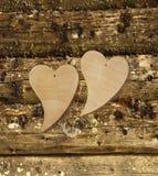 在木背景的两木心脏 免版税库存照片