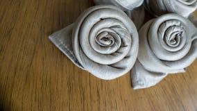 在木背景的两朵金黄餐巾origami玫瑰准备好事件集会庆祝和假日在右角 库存照片