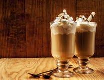 在木背景的两杯冰冻咖啡 免版税库存照片