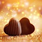 在木背景的两甜巧克力心脏 背景蓝色框概念概念性日礼品重点查出珠宝信函生活纤管红色仍然被塑造的华伦泰 免版税库存照片