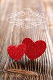 在木背景的两红色心脏与题字我爱你 免版税库存照片