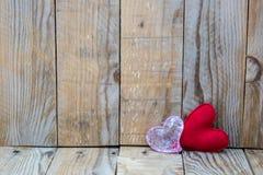 在木背景的两红色心脏 免版税库存照片