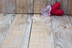 在木背景的两红色心脏 免版税图库摄影