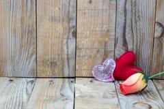 在木背景的两红色心脏 图库摄影