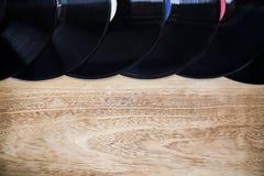 在木背景的乙烯基圆盘 免版税库存图片