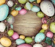 在木背景的五颜六色的复活节彩蛋 免版税图库摄影
