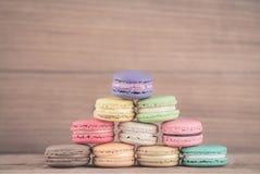 在木背景的五颜六色的法语Macarons 免版税库存照片