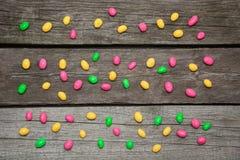 在木背景的五颜六色的甜糖果 平的位置 顶视图 库存照片