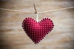 在木背景的五颜六色的织品心脏 免版税库存照片