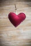在木背景的五颜六色的织品心脏 免版税库存图片