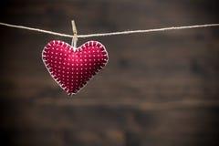在木背景的五颜六色的织品心脏 库存照片