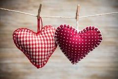 在木背景的五颜六色的织品心脏 免版税图库摄影