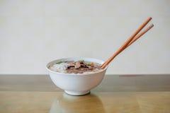 在木背景的传统越南牛肉汤pho 库存照片