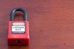 在木背景的停工挂锁红颜色 免版税库存照片
