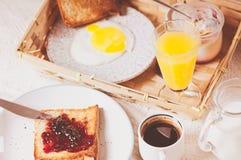 在木背景的健康早餐 免版税库存照片