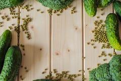 在木背景的健康有机菜 免版税库存照片
