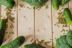 在木背景的健康有机菜 库存照片