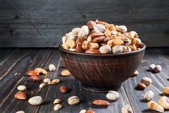 在木背景的健康混合坚果 杏仁,腰果,花生 免版税图库摄影