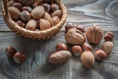 在木背景的健康混合坚果 核桃、榛子、杏仁和胡桃 免版税库存图片
