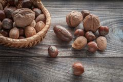 在木背景的健康混合坚果 核桃、榛子、杏仁和胡桃 免版税图库摄影