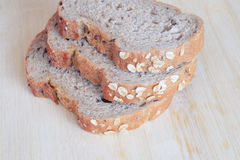 在木背景的全麦面包 免版税库存照片