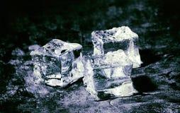 在木背景的冰块 免版税库存图片