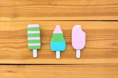 在木背景的冰淇凌 免版税库存图片