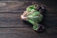 在木背景的凋枯的莴苣沙拉 免版税库存照片