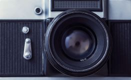 在木背景的减速火箭的slr照相机 35mm照相机slr葡萄酒 库存照片