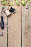 在木背景的刺绣和针线工具 库存照片