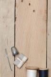 在木背景的刺绣和针线工具 免版税图库摄影