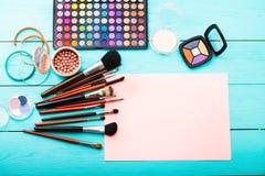 在木背景的化妆用品 顶视图 免版税图库摄影