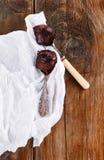 在木背景的匙子涂的巧克力 免版税库存照片