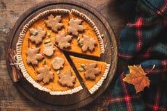 在木背景的南瓜饼 感恩日 库存照片