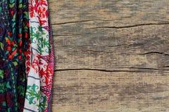 在木背景的印度种族色的织品 免版税图库摄影
