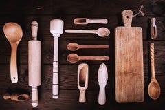 在木背景的厨房工具 应用定调子 顶视图 库存照片