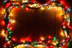 在木背景的发光的圣诞节诗歌选在黑暗中 图库摄影