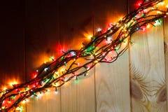 在木背景的发光的圣诞节诗歌选在黑暗中 免版税库存图片
