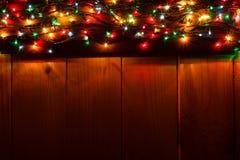 在木背景的发光的圣诞节诗歌选在黑暗中 库存照片