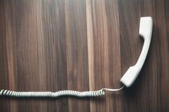 在木背景的受话器 黑色通信概念收货人电话 库存照片