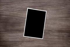 在木背景的变黑的老葡萄酒照片模板 库存照片