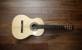 在木背景的古典吉他 库存照片