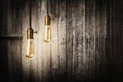在木背景的古色古香的电灯泡 免版税库存图片