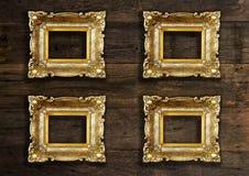 在木背景的古金色框架 库存照片